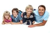 白い背景の上の 4 つのリラックスの家族の笑顔 — ストック写真