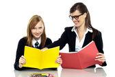 Pedagog, siedzi ze studentem i biorąc ją za pośrednictwem lekcji — Zdjęcie stockowe