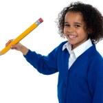 ziemlich Schule Kind vor der Kamera mit Bleistift in der hand — Stockfoto