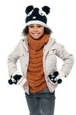 Niedliche kleine mädchen in modische warme winterkleidung — Stockfoto