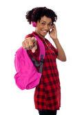 Studente con le cuffie che indica verso di voi — Foto Stock