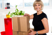 Blonde woman is ready to unpack her office stuff — Stock Photo