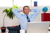 Manager avkopplande i hans kontor, arbetet paus — Stockfoto