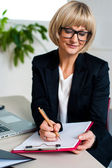 Sekreterare anteckning ner anteckningar och instruktioner — Stockfoto