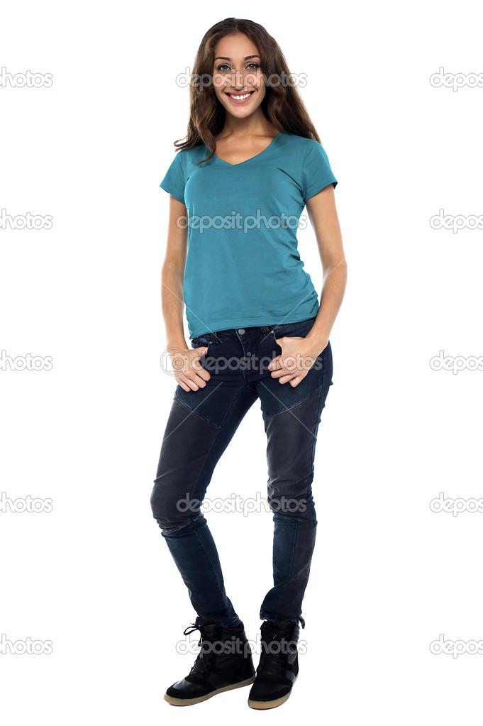Jovem mulher de corpo inteiro em roupas casuais