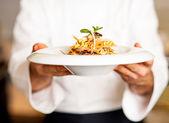 Chef ofreciendo ensalada de pasta a — Foto de Stock