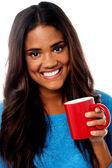 Lächelnde Frau mit Kaffeetasse — Stockfoto