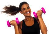 Mujer feliz gimnasio levantando pesas — Foto de Stock