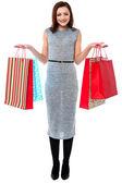 Portrait d'une femme jeune accro du shopping — Photo