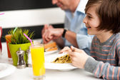 Dad and son in restaurant — Stockfoto