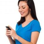 chica bonita enviar mensaje de texto a su novio — Foto de Stock