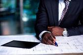 человек, работающий на бизнес-план развития — Стоковое фото