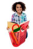 Menina da escola elementar de idade lendo um livro — Foto Stock