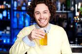 年轻小伙子有鲜啤酒在酒吧 — 图库照片