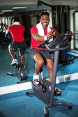Sportovní mladý muž v tělocvičně — Stock fotografie