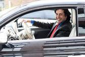 Корпоративный человек, за рулем своего автомобиля — Стоковое фото