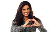 Güzel bir kadın kalp simgesi el ile yapma — Stok fotoğraf