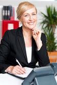 Executivo de negócios escrevendo seus compromissos — Fotografia Stock
