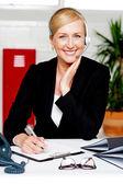 Vrouwelijke secretaris bevestiging van de benoeming — Stockfoto