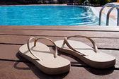 Par de zapatillas en una piscina — Foto de Stock