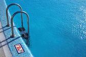 Yüzme havuzu-çelik merdiven — Stok fotoğraf