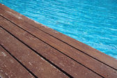 スイミング プールのそばの木の床 — ストック写真