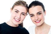 Unga leende flickor tittar på dig — Stockfoto