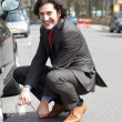 Businessman repairing car roadside — ストック写真