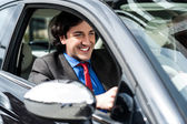 豪華な車を運転するハンサムなビジネスマン — ストック写真