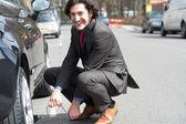 Affärsman reparera bilen vägarna — Stockfoto
