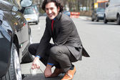Su strada di auto riparazione uomo d'affari — Foto Stock