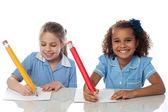 Vackra barn visas för årliga examen — Stockfoto