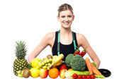 Slim fit girl with fresh fruits and vegetables — Stock fotografie
