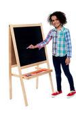 Charmig ung flicka skriver på tavlan — Stockfoto
