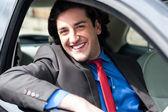 Porträtt av stilig kille kör sin bil — Stockfoto