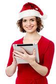 Hezká žena procházení svém počítači tablet pc — Stock fotografie