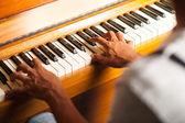 Man playing piano — Stock Photo