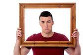 Man bedrijf houten afbeeldingsframe — Stockfoto