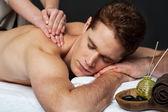 Homem com massagem relaxante em spa — Fotografia Stock