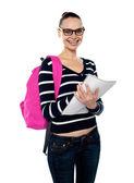 大学の女の子のバックパックとポーズ — ストック写真