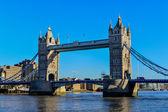 Tower Bridge in London crosses River Thames — Zdjęcie stockowe