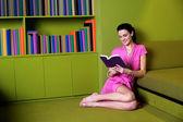 Vacker kvinna läsa bok — Stockfoto