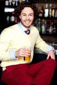 молодой парень, охлажденное пиво в баре — Стоковое фото
