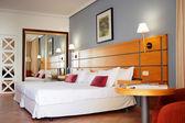 Interior de estilo dormitorio con cama doble — Foto de Stock
