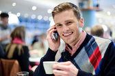 Homem usando telefone no café — Fotografia Stock