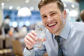 Agua potable de hombre — Foto de Stock