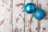 Dvě modré vánoční koule — Stock fotografie