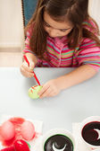 Girl coloring eggs — Stockfoto