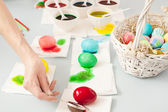 Girl colorig easter eggs — Stockfoto