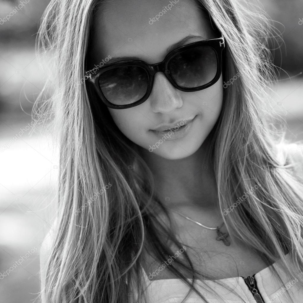 Portrait Noir Et Blanc D 39 Une Belle Fille Avec Des Lunettes Photographie Savanevich 28640247